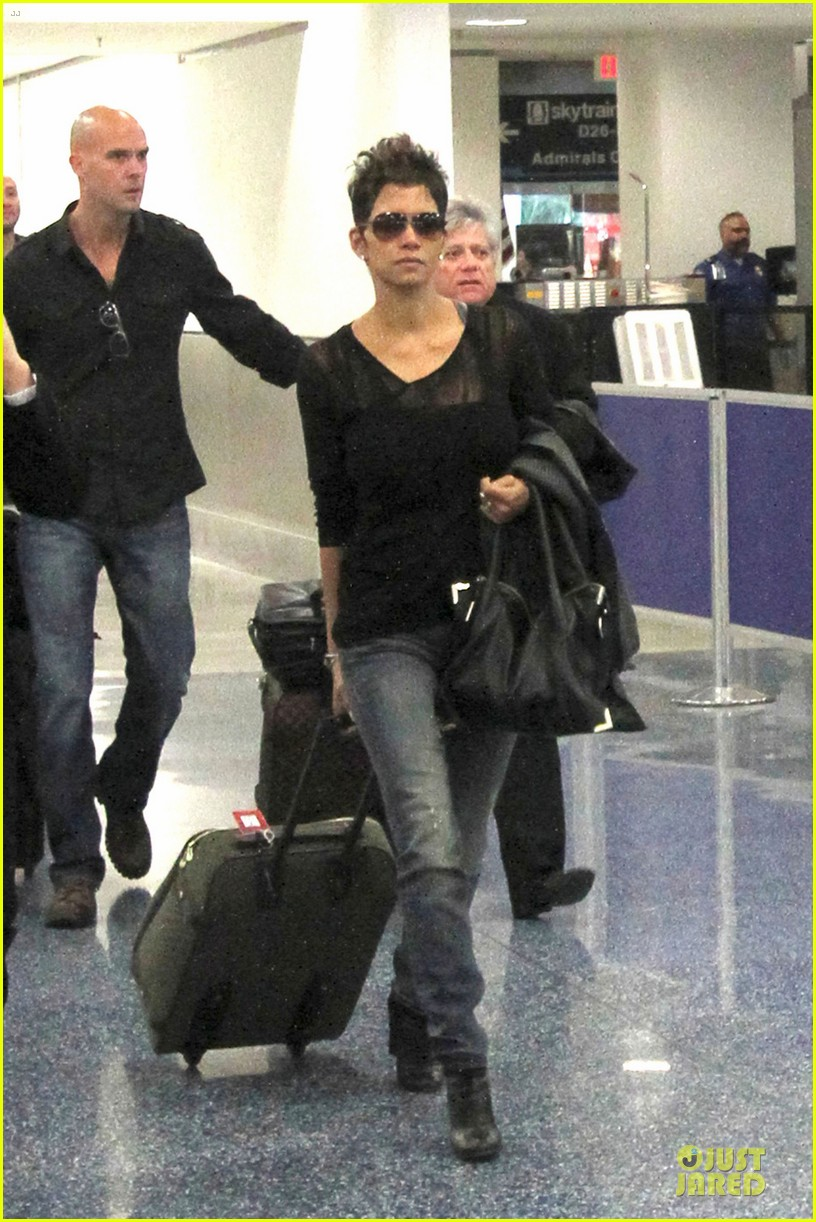 halle berry olivier martinez different airport arrivals 01