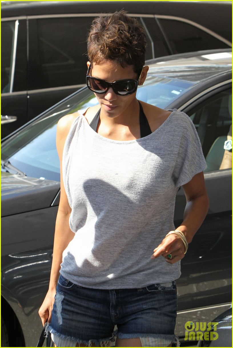 halle berry olivier martinez super bowl sunday outing 062804432