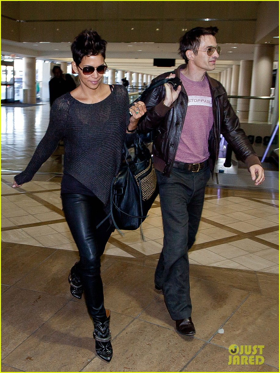 halle berry olivier martinez take flight in los angeles 01