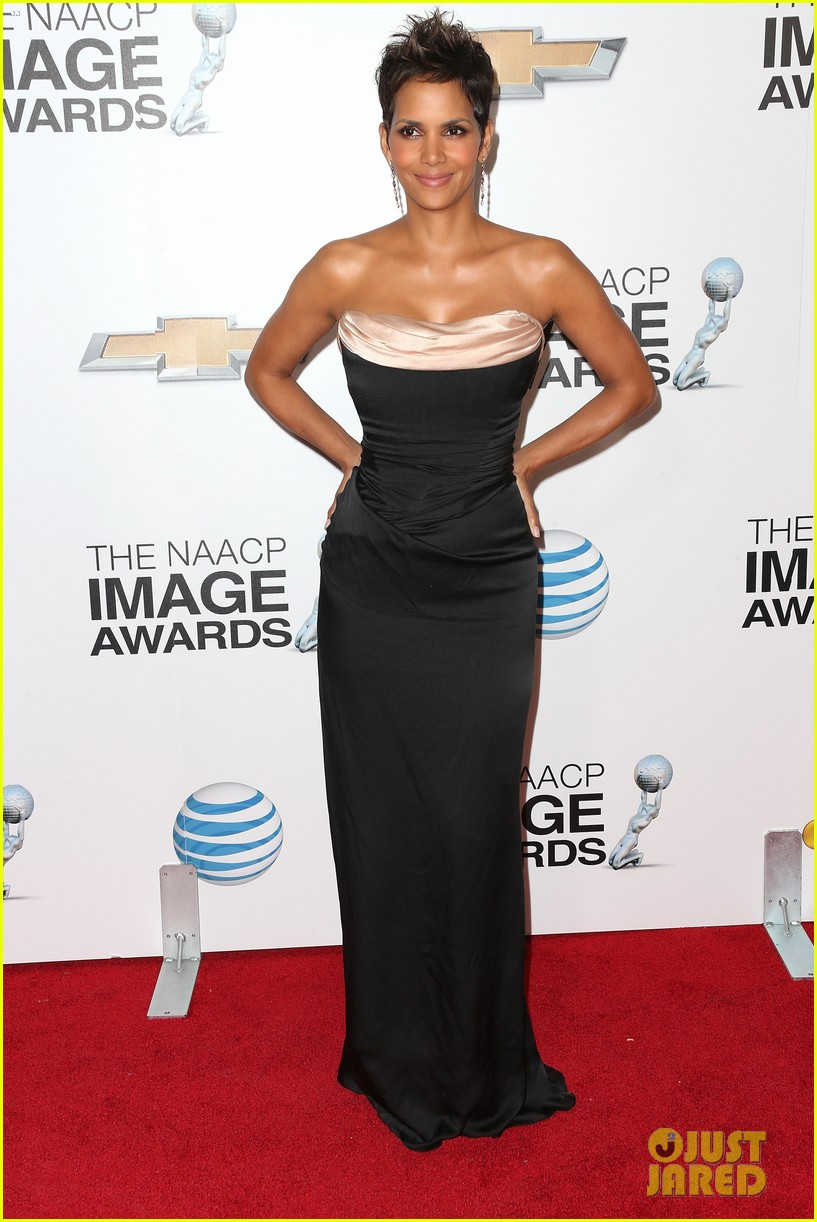 halle berry naacp image awards 2013 red carpet 01