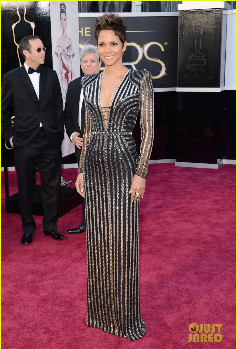 halle berry oscars 2013 red carpet 01