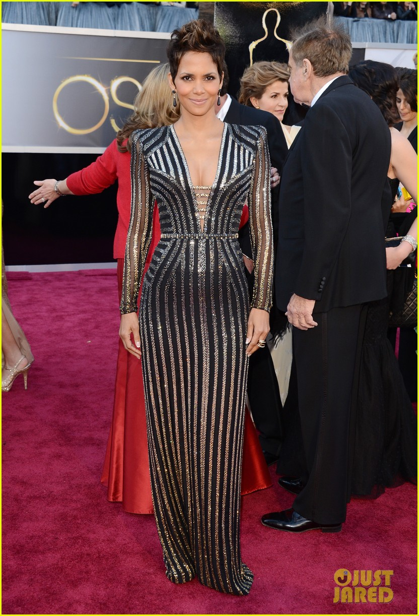 halle berry oscars 2013 red carpet 05