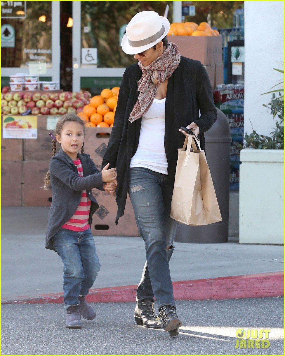 halle berry bristol farms stop with nahla 012811299