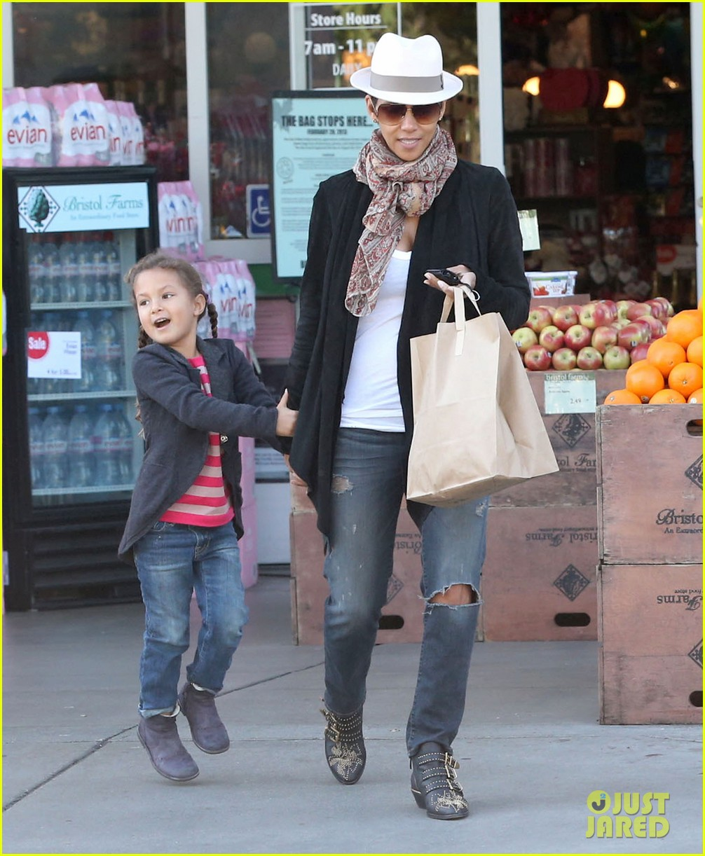 halle berry bristol farms stop with nahla 12