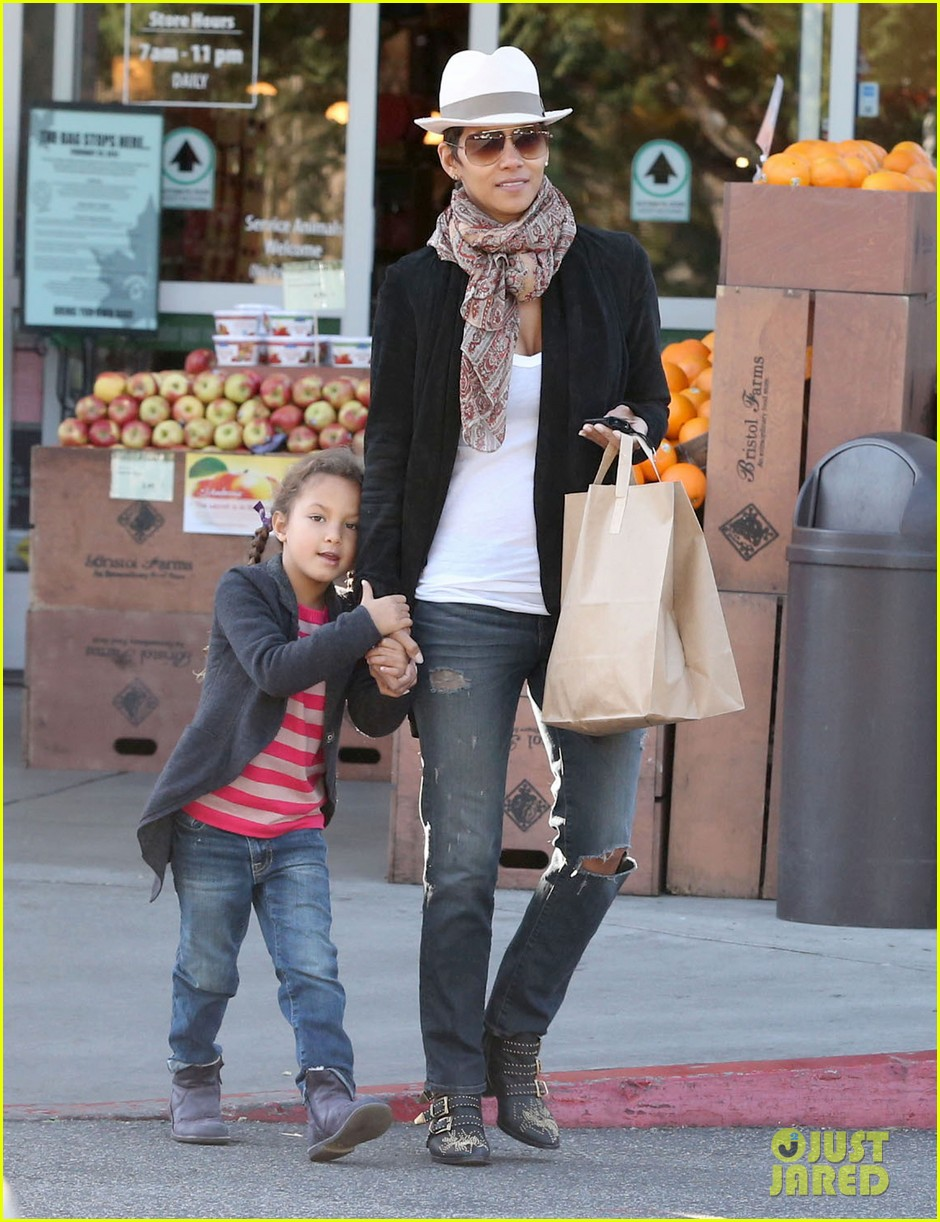 halle berry bristol farms stop with nahla 152811313