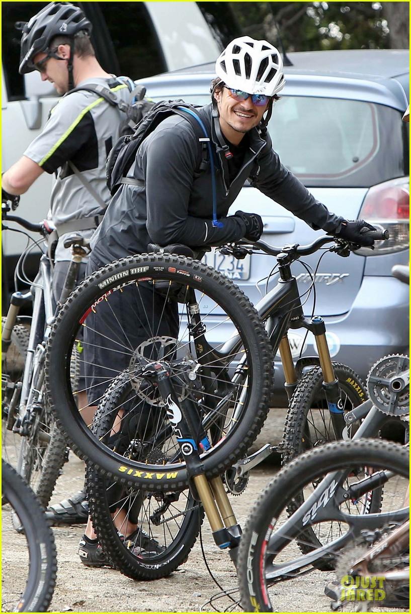 orlando bloom safety helmet on atladena bike ride 082803366