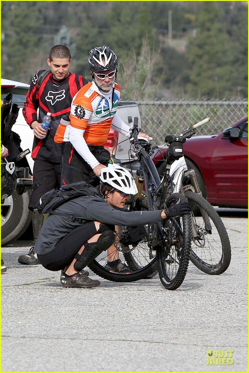orlando bloom safety helmet on atladena bike ride 22