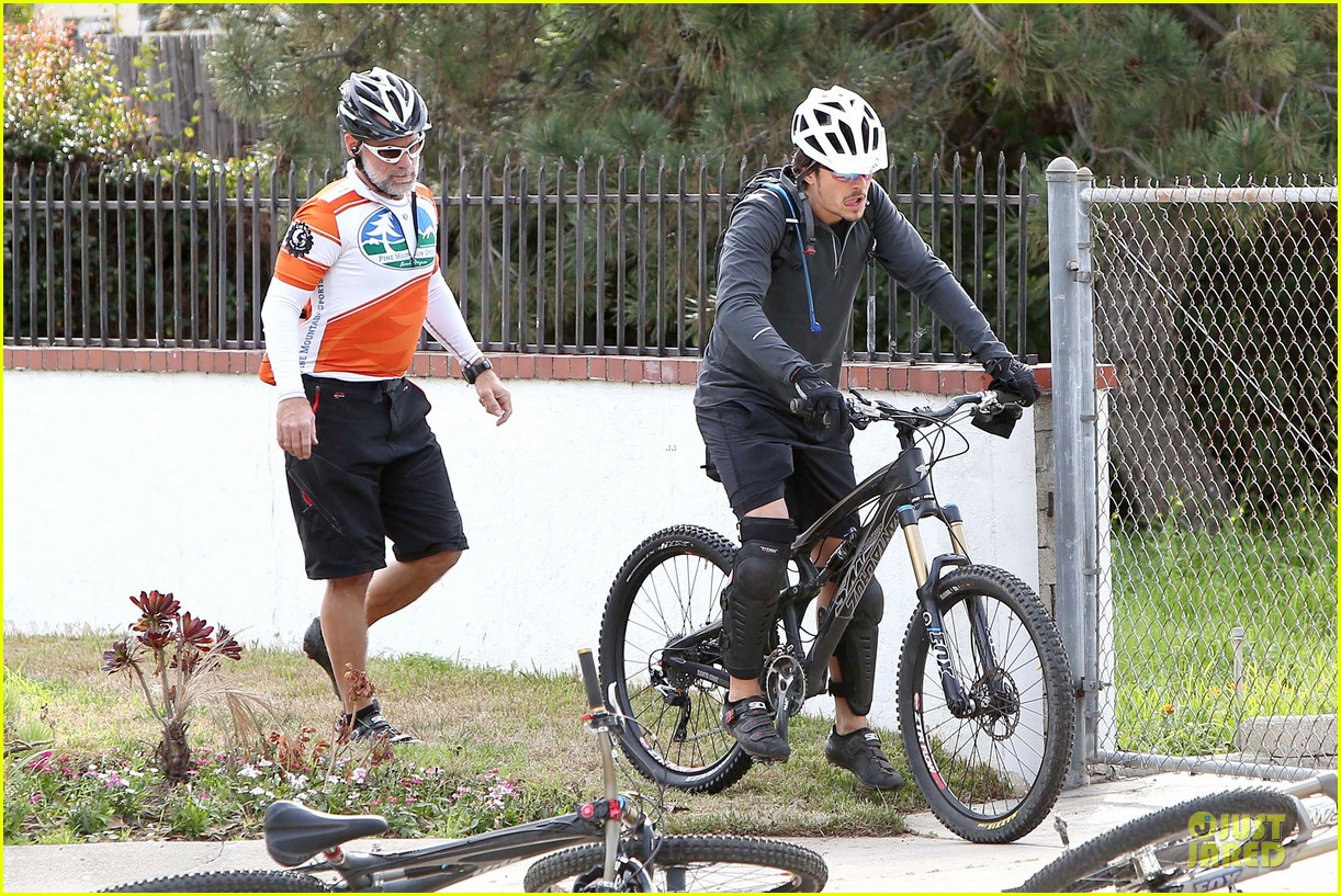 orlando bloom safety helmet on atladena bike ride 282803386