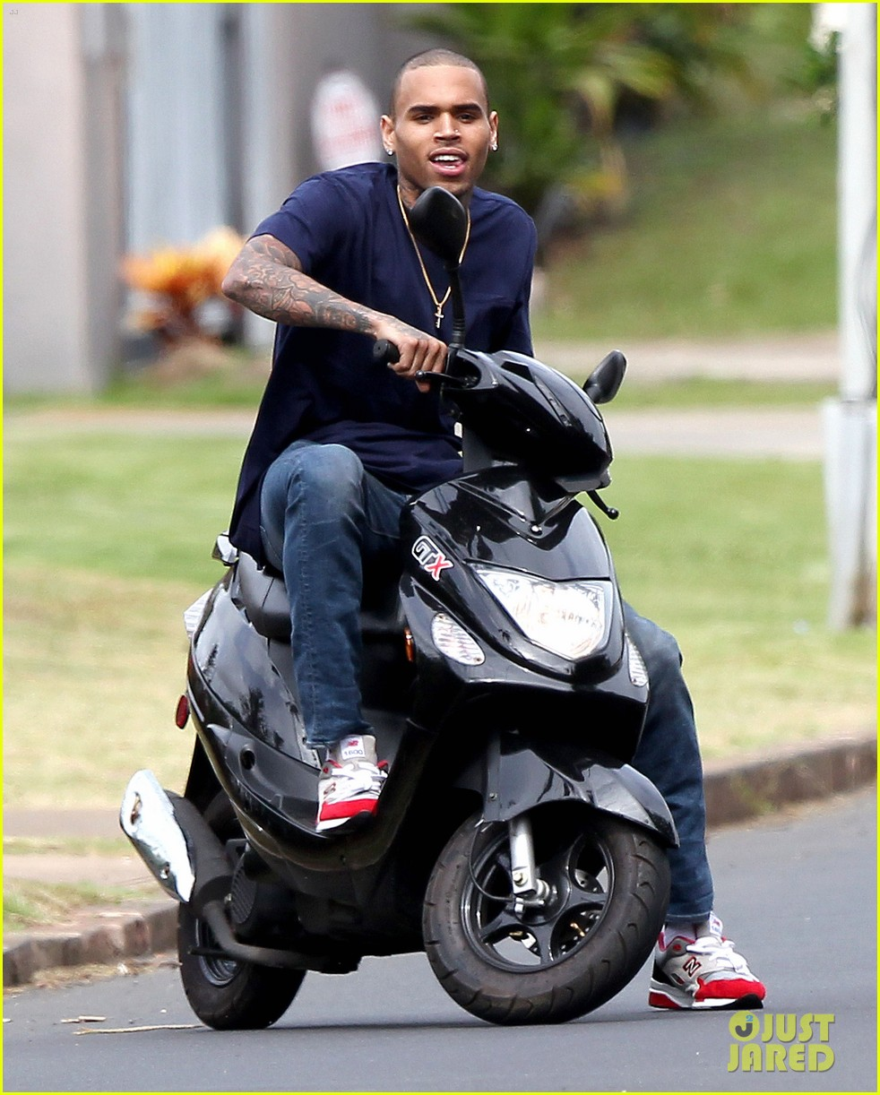 chris brown scootering in hawaiii 042817091
