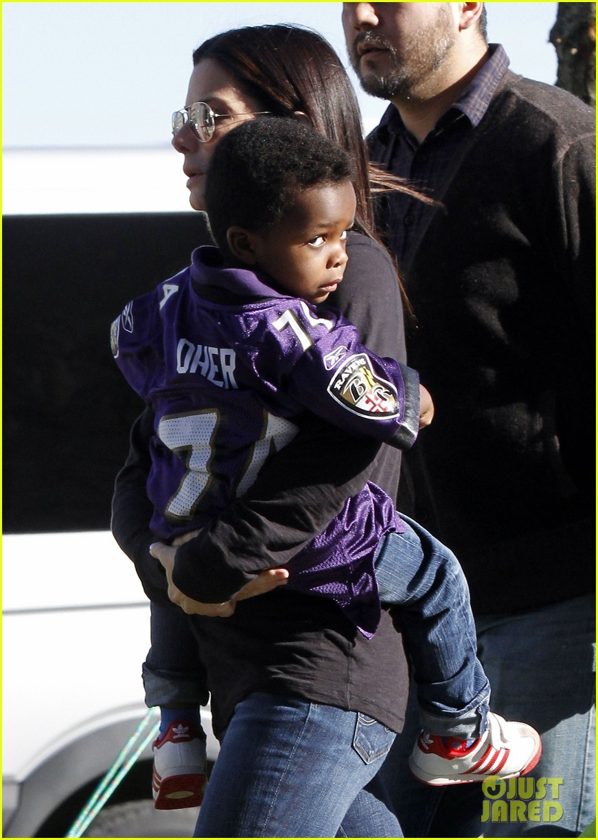 sandra bullock louis ravens pride at super bowl 2013 02