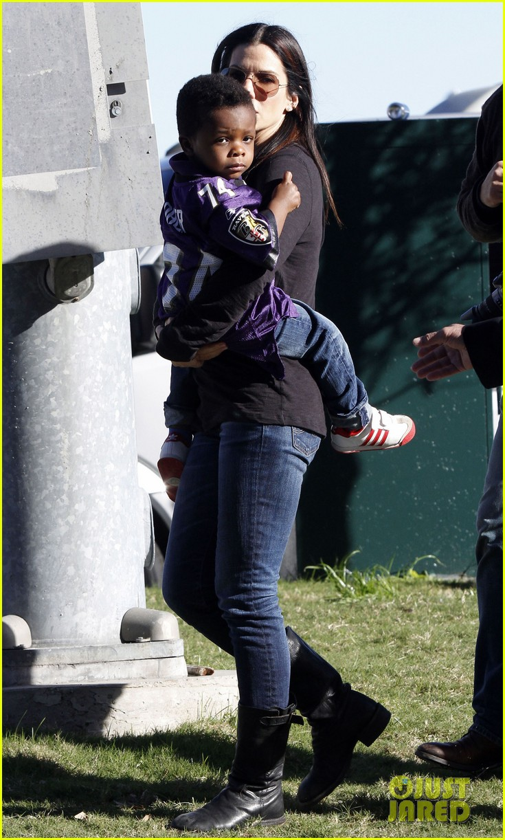 sandra bullock louis ravens pride at super bowl 2013 05