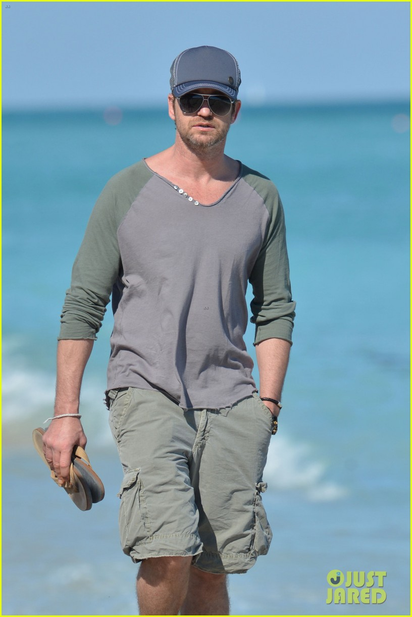 gerard butler miami beach stroll with friends 04