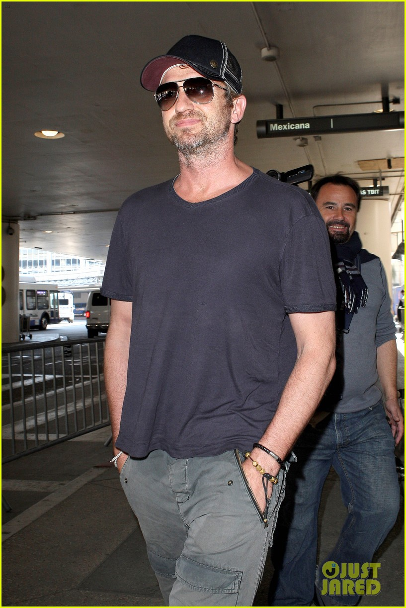 gerard butler solo lax arrival on valentines day 02