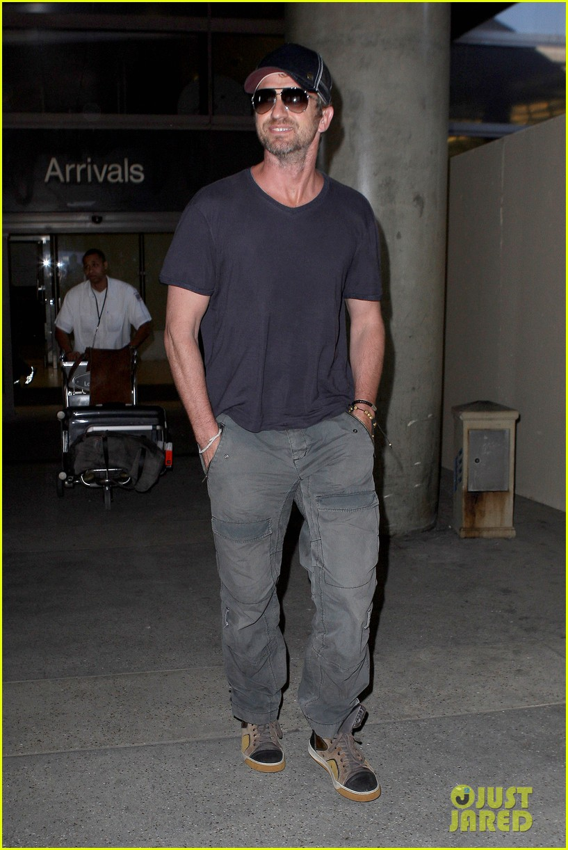 gerard butler solo lax arrival on valentines day 05