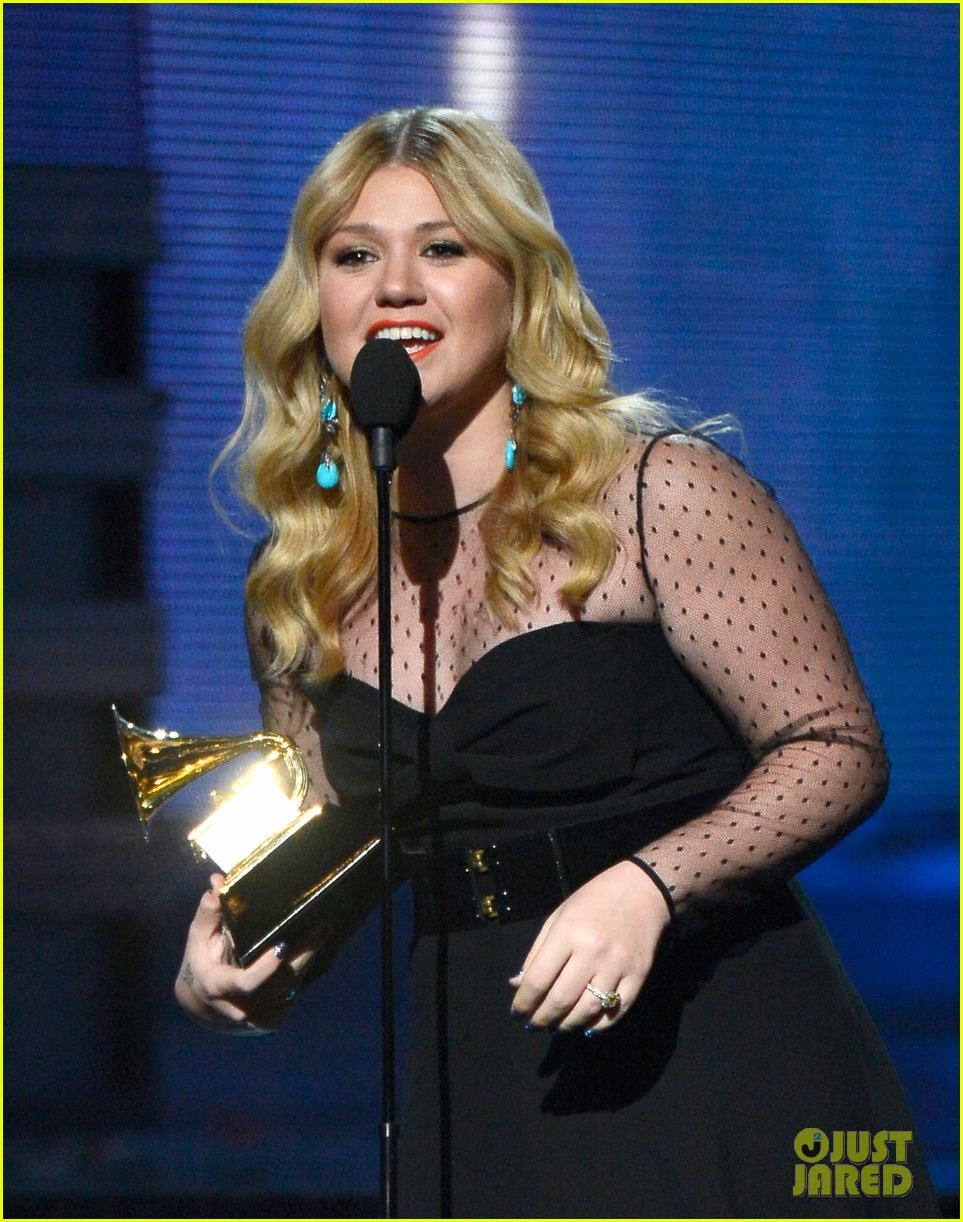 kelly clarkson grammys 2013 with brandon blackstock 02