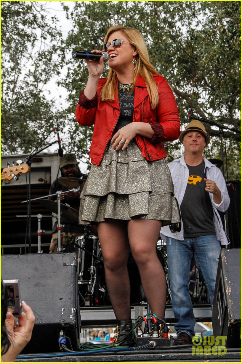 kelly clarkson mardi gras parade with brandon blackstock 012808451