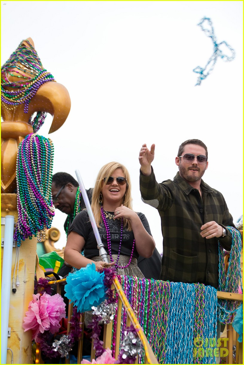 kelly clarkson mardi gras parade with brandon blackstock 05