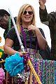 kelly clarkson mardi gras parade with brandon blackstock 10