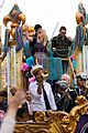 kelly clarkson mardi gras parade with brandon blackstock 12