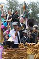 kelly clarkson mardi gras parade with brandon blackstock 15