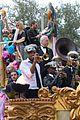 kelly clarkson mardi gras parade with brandon blackstock 15