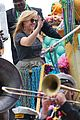 kelly clarkson mardi gras parade with brandon blackstock 16
