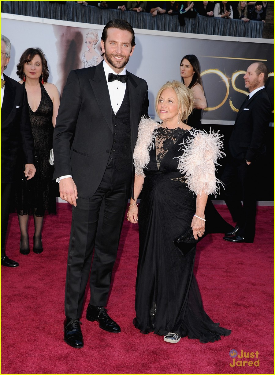 bradley cooper oscars 2013 red carpet 01