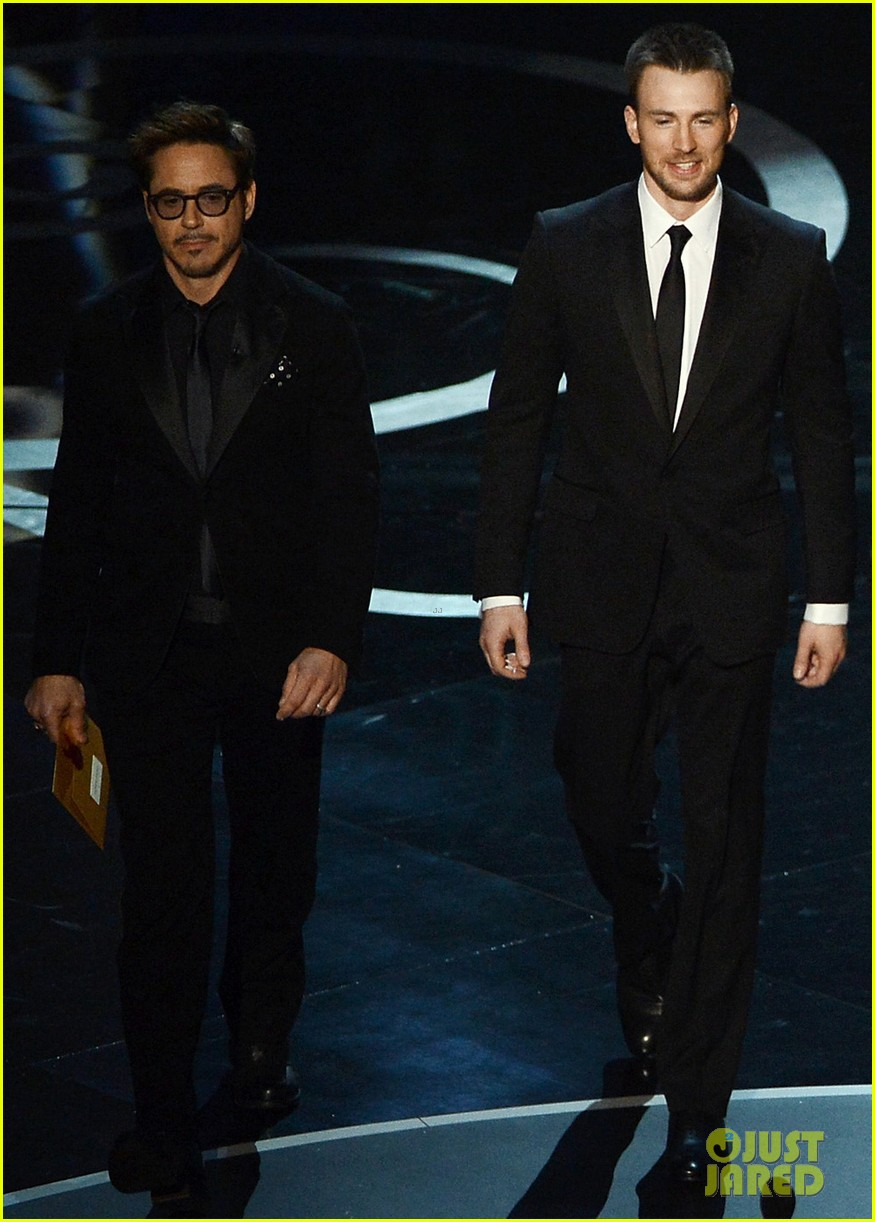 robert downey jr oscars 2013 with the avengers 032819901