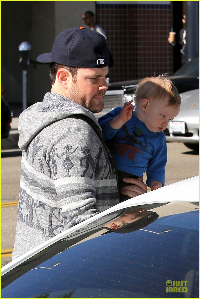 hilary duff mike comrie visiting family breakfast 15