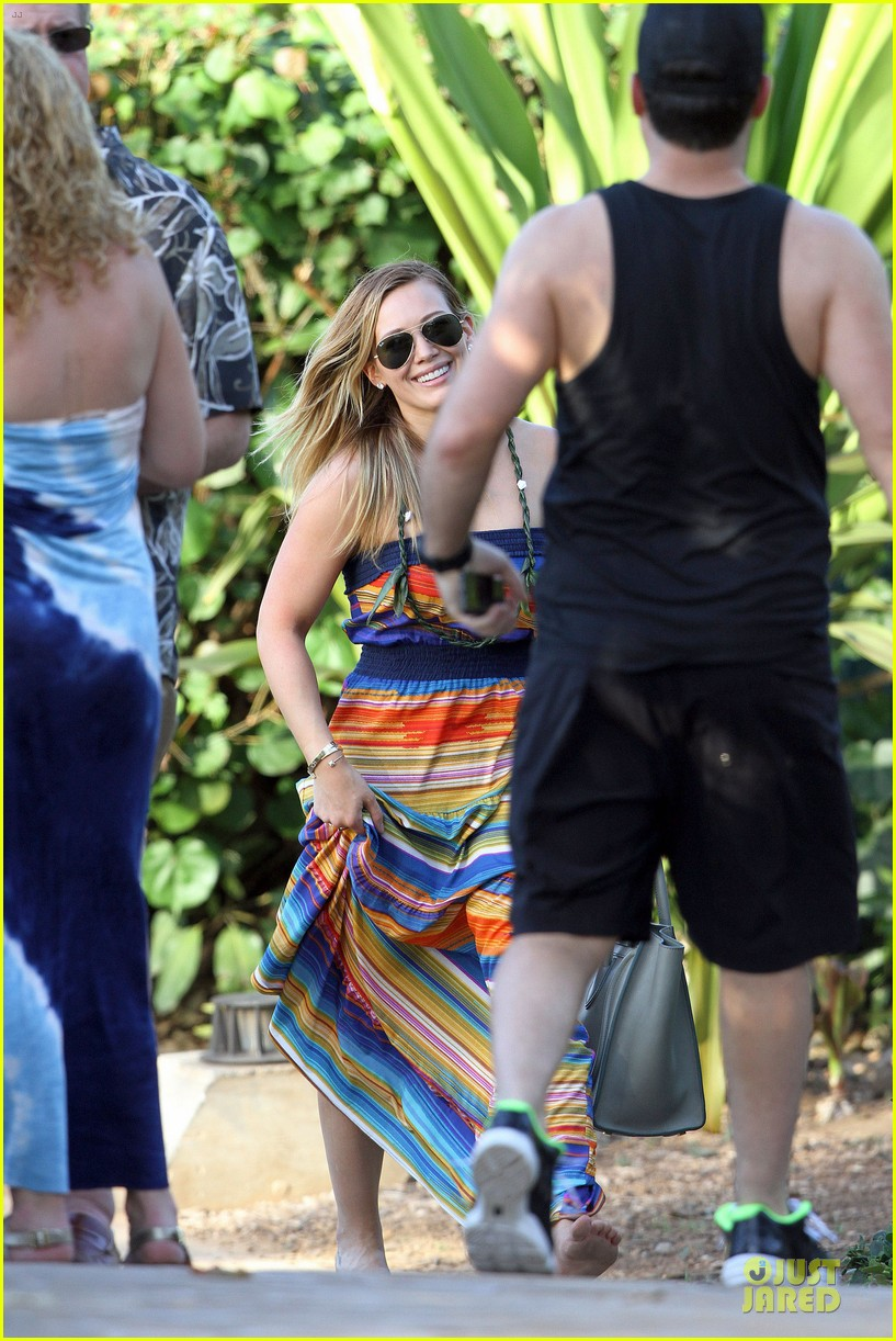 hilary duff hawaii sunset stroll 05