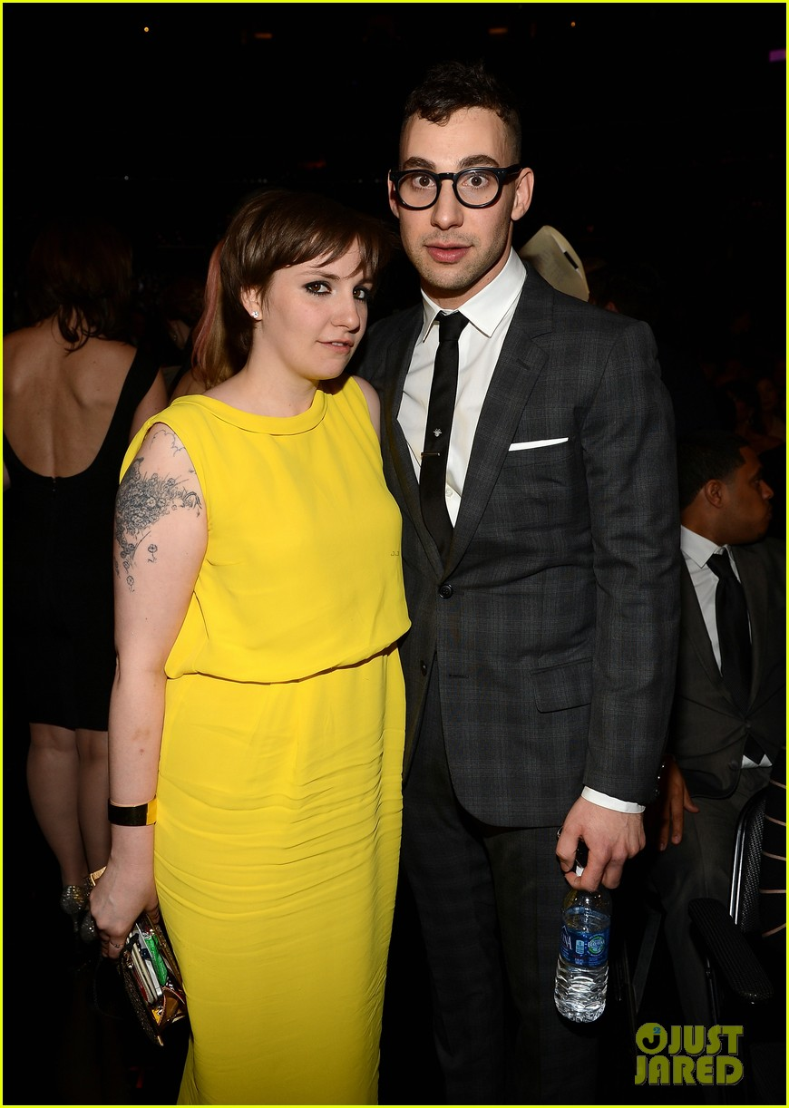 lena dunham jack antonoff grammys 2013 couple 01