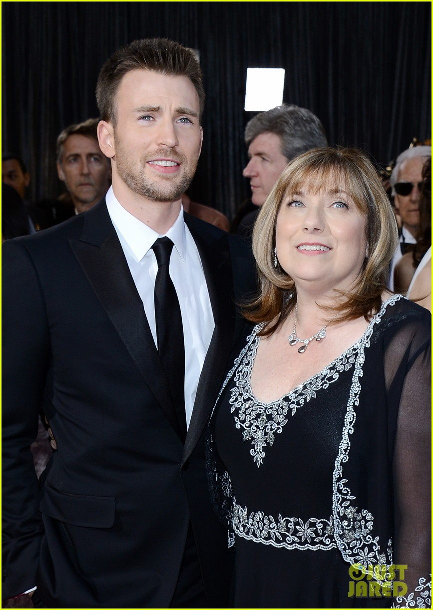 chris evans oscars 2013 red carpet 03