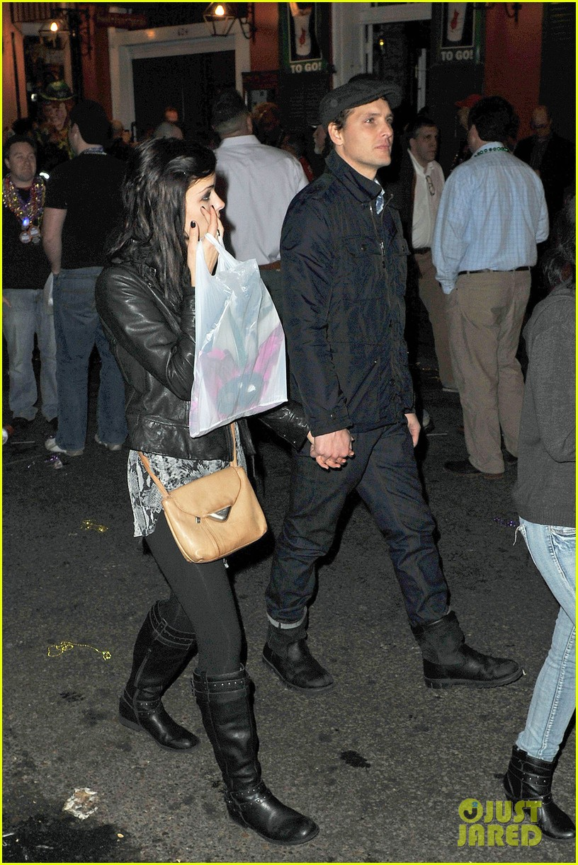 peter facinelli jaimie alexander super bowl kisses 062803487