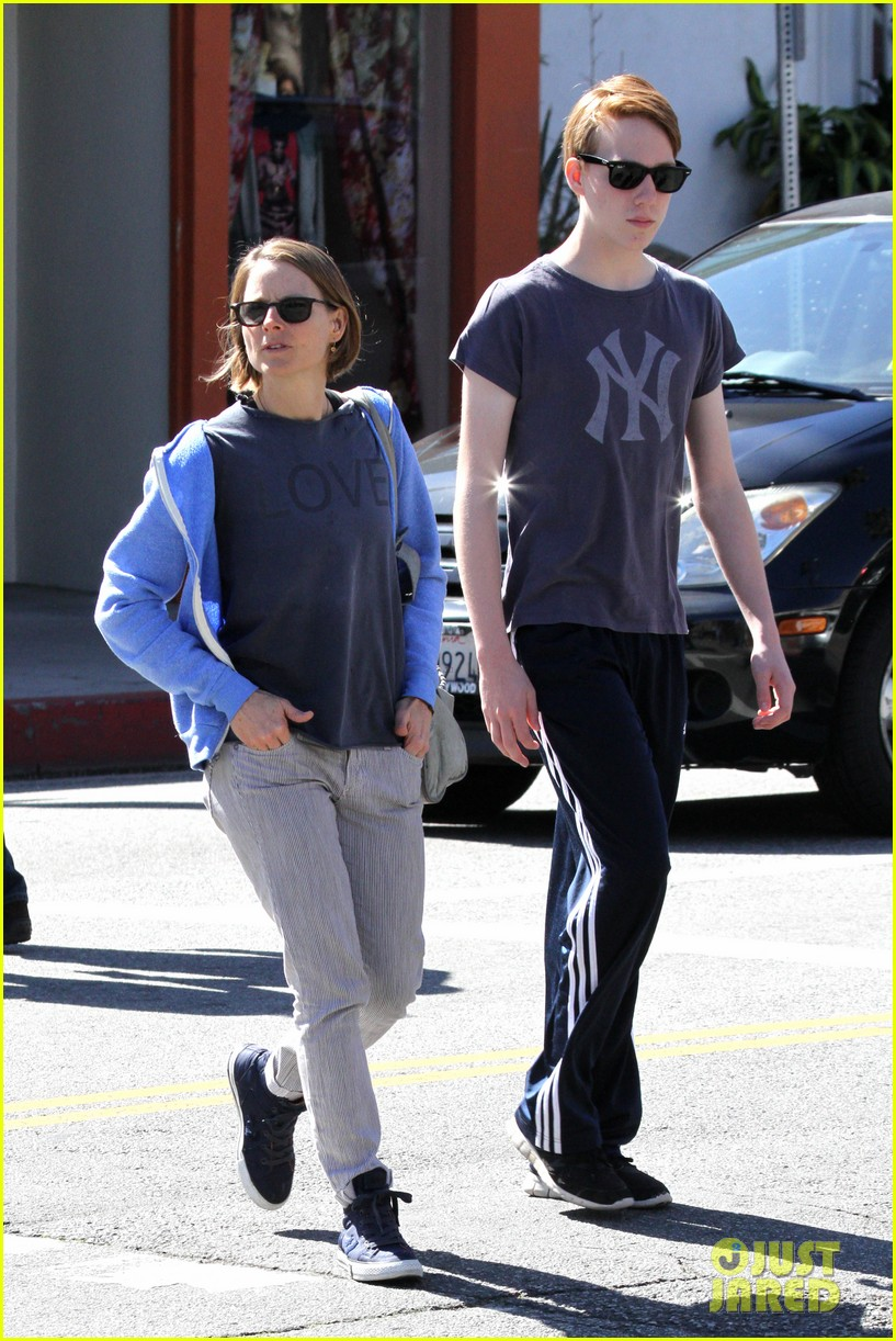 jodie foster venice beach breakfast with son charles 04