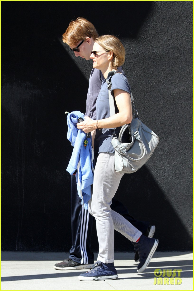 jodie foster venice beach breakfast with son charles 11