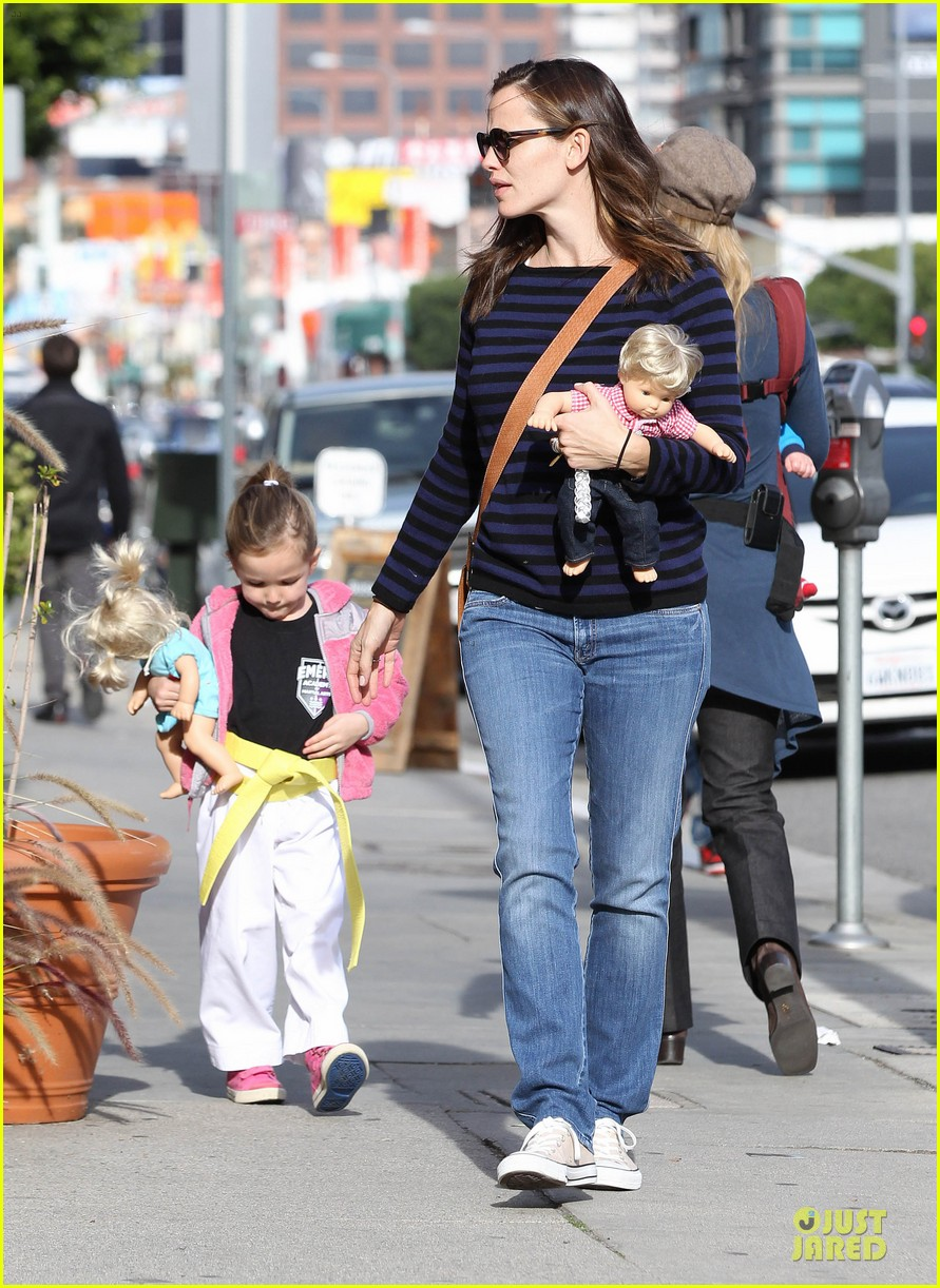 jennifer garner karate drop off with seraphina dolls 03
