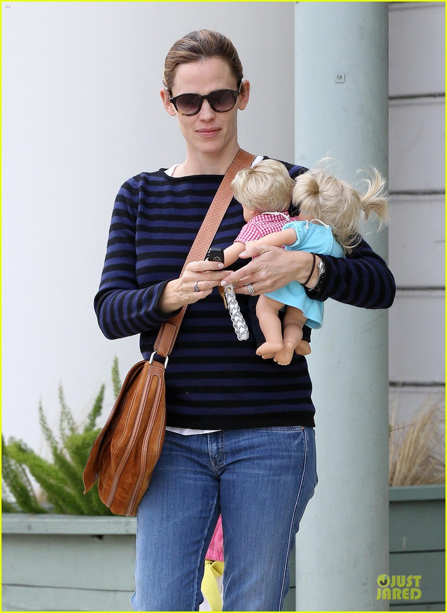 jennifer garner karate drop off with seraphina dolls 04