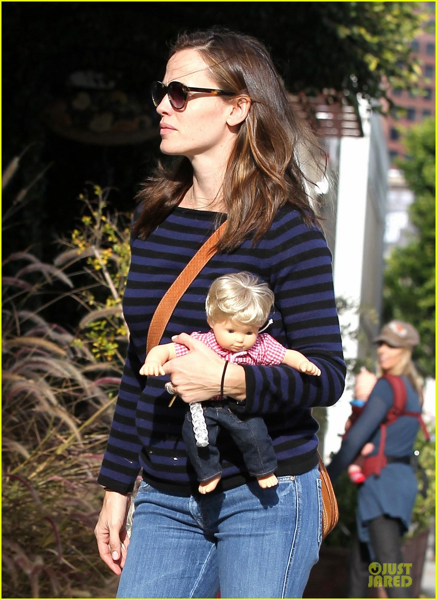 jennifer garner karate drop off with seraphina dolls 33
