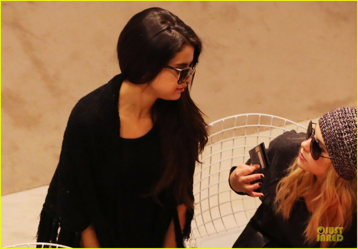 vanessa hudgens selena gomez spring breakers paris dinner 172813498