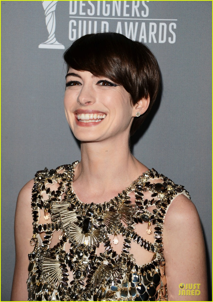 anne hathaway cdg awards 2013 red carpet 14