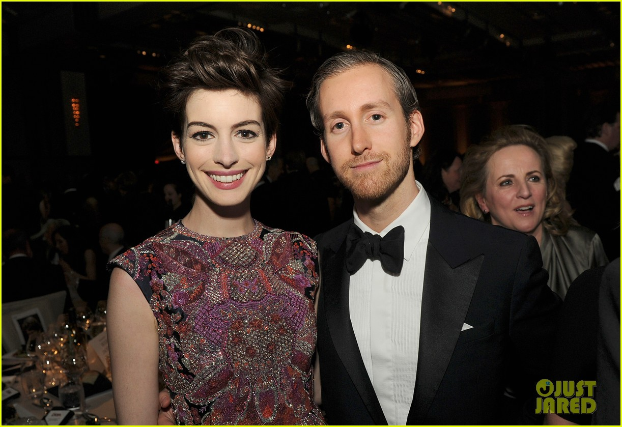 anne hathaway dga awards 2013 with hugh jackman 02