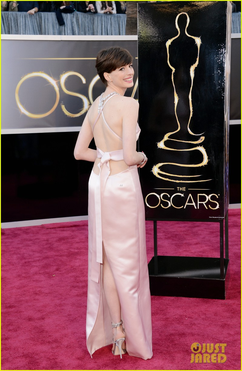 anne hathaway oscars 2013 red carpet 05
