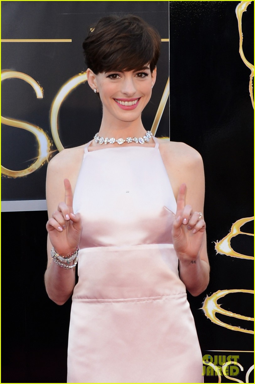 anne hathaway oscars 2013 red carpet 07