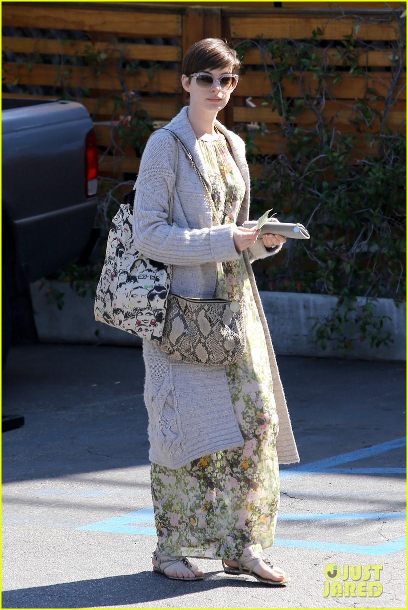 anne hathaway steps out post oscar win in beverly hills 01