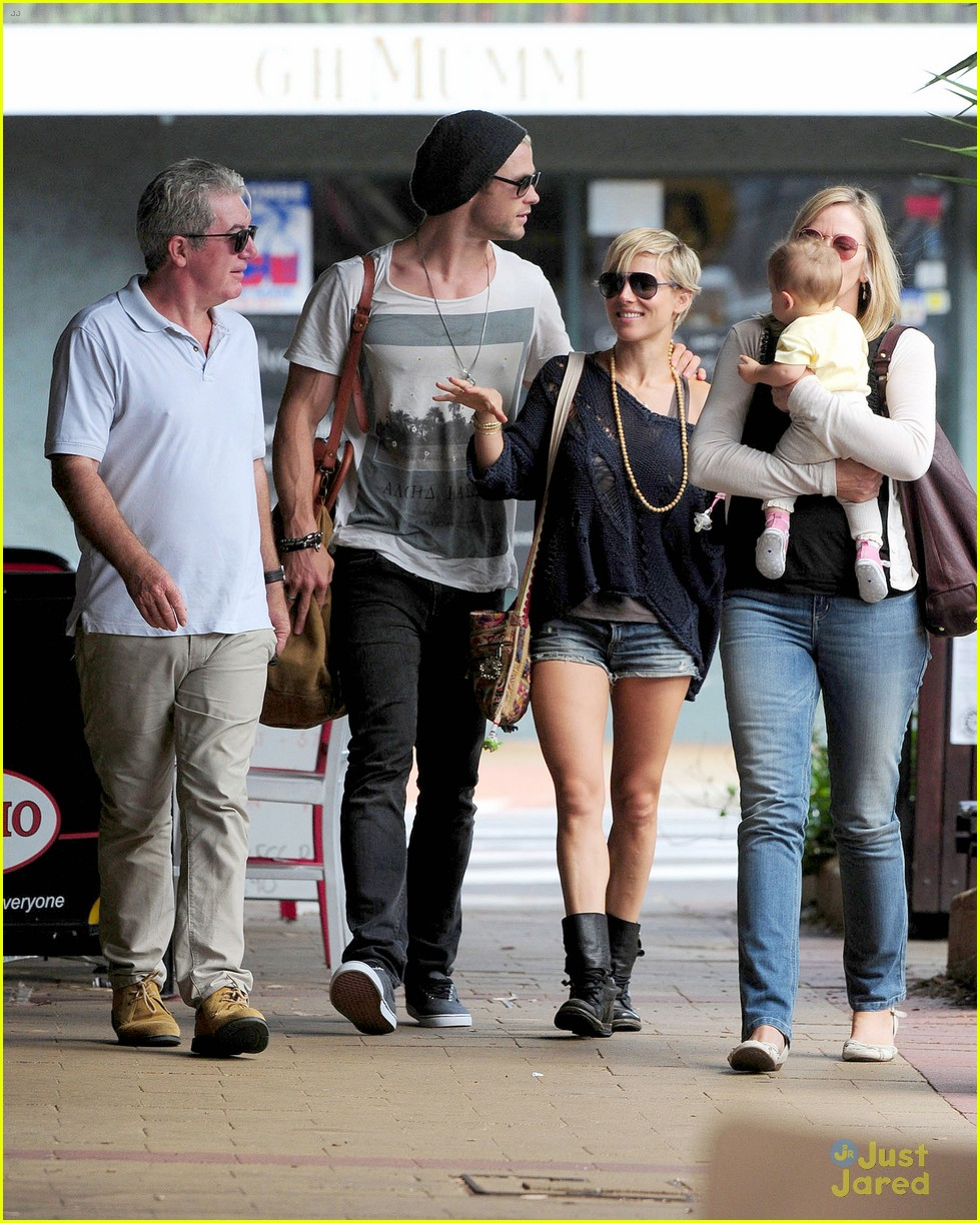 chris hemsworth elsa pataky sydney stroll with india 16