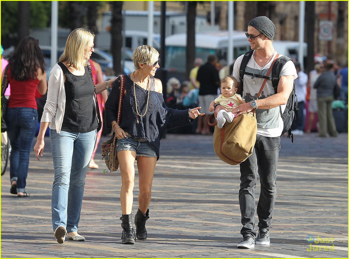 chris hemsworth elsa pataky sydney stroll with india 27