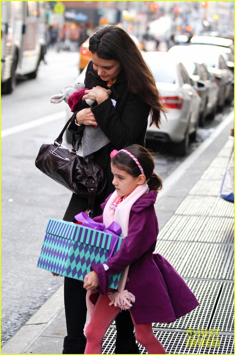 katie holmes celebrates with suri gets breakfast with lawyer 02