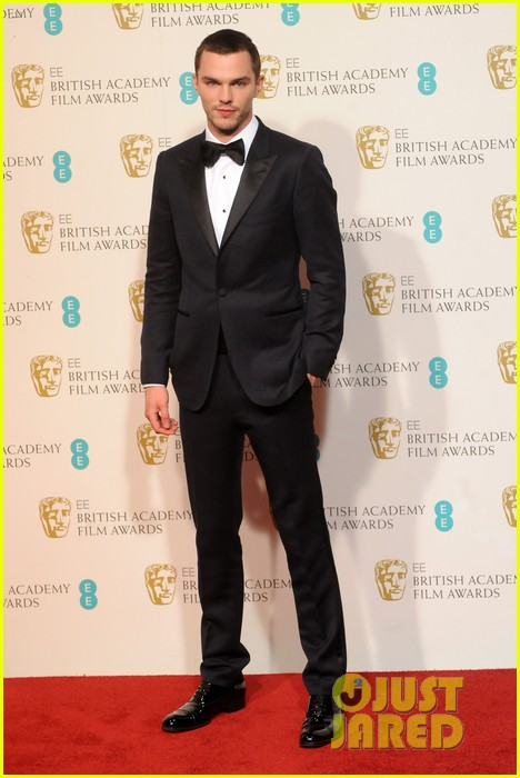 nicholas hoult jeremy renner baftas 2013 red carpet 01