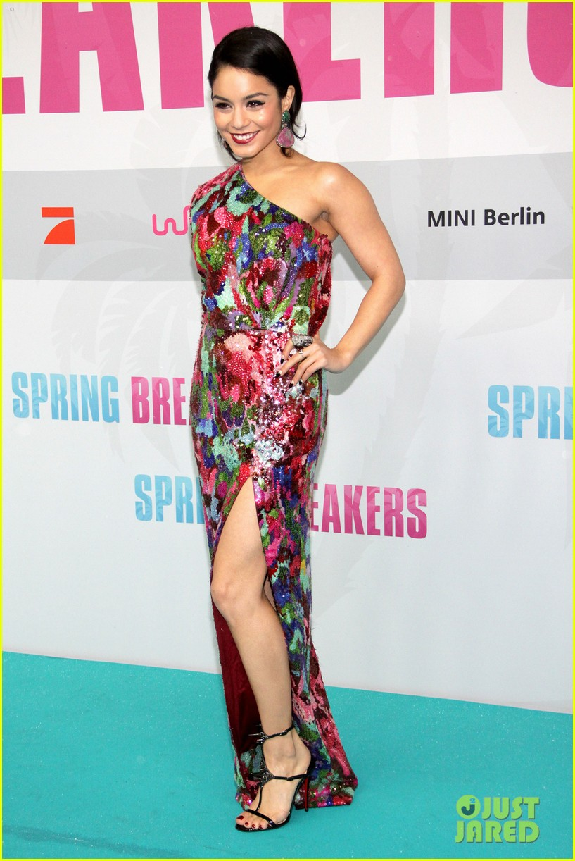 vanessa hudgens selena gomez spring breakers berlin premiere 04