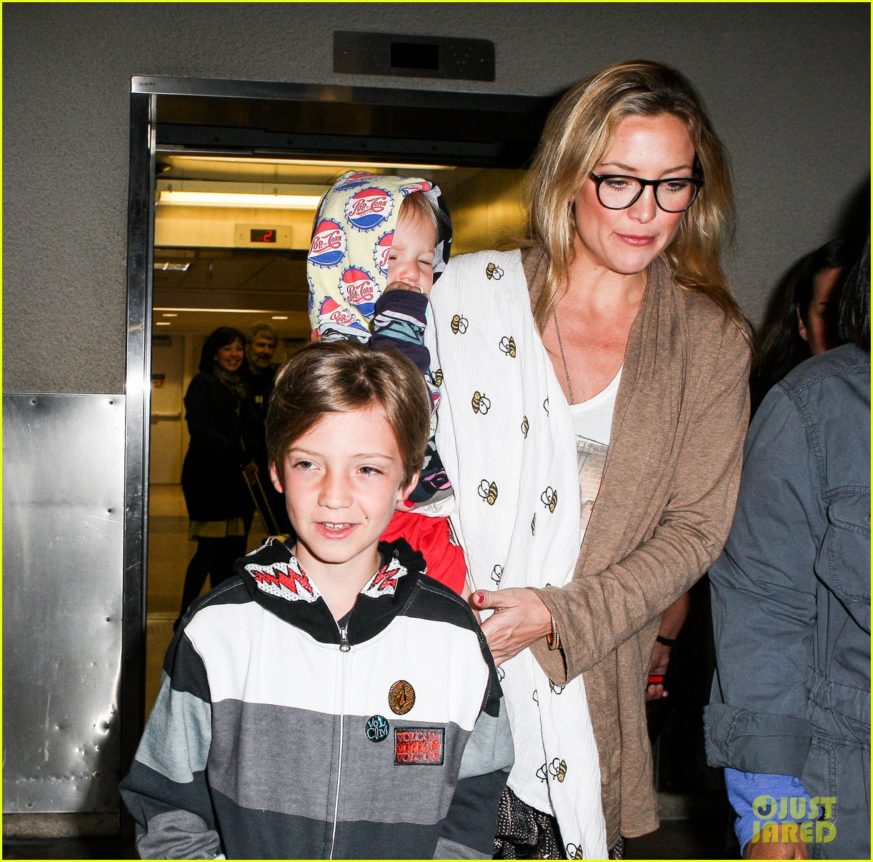 kate hudson ryder bingham family flight 02